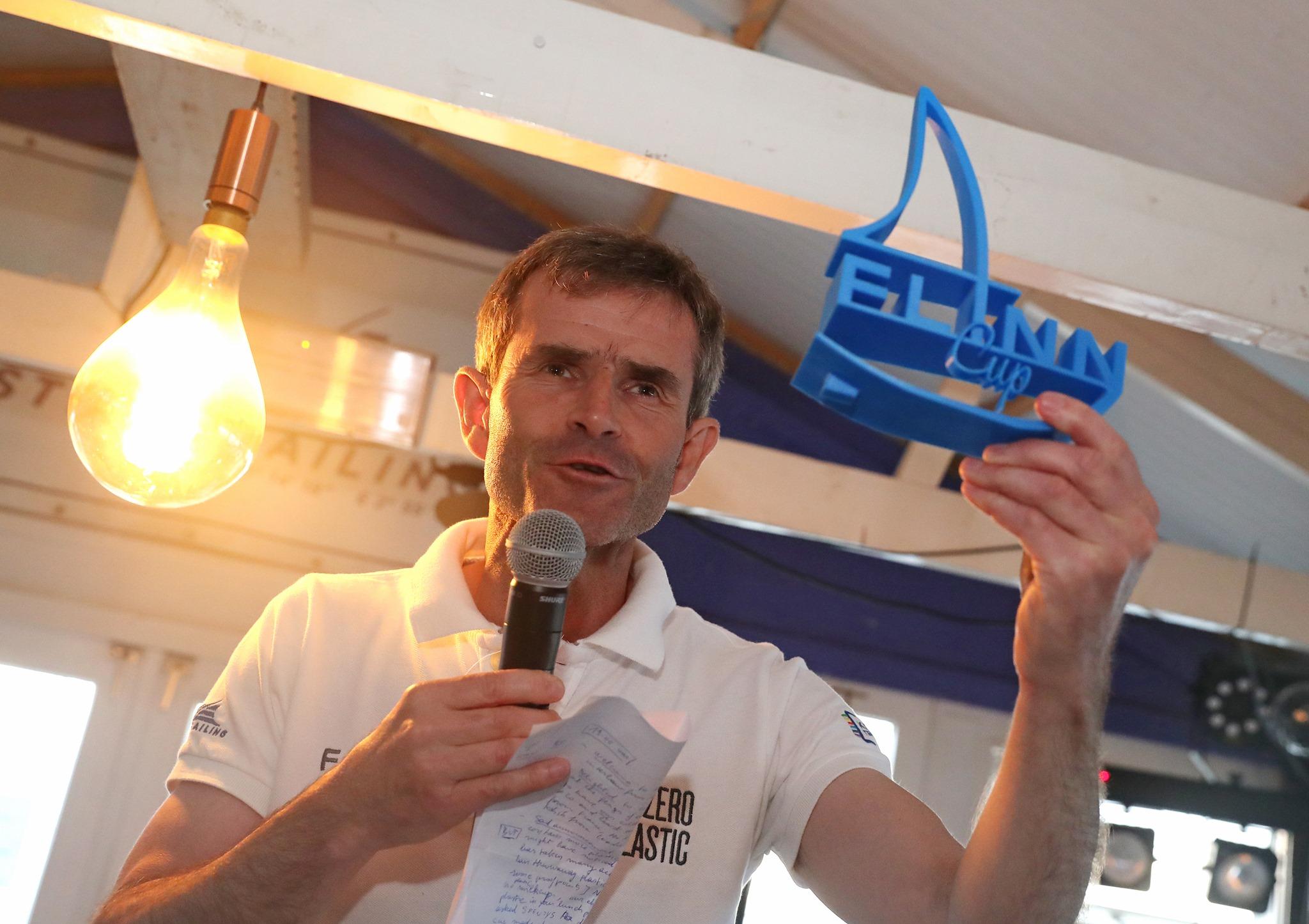 Benoit toont de Flinn Trophy